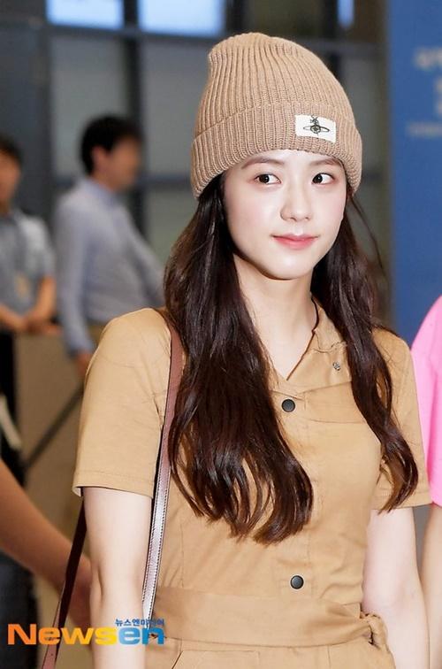 Ji Soo xứng danh visual của Black Pink. Cô nàng đẹp rạng rỡ dù trang điểm rất nhẹ.
