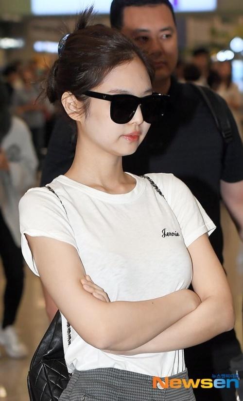 Jennie mắc lỗi trang điểm mặt quá trắng, phấn loang lổ.