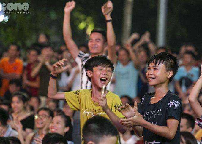 <p> Các fan nhí reo hò, hòa nhịp vào không khí bóng đá không kém cạnh.</p>