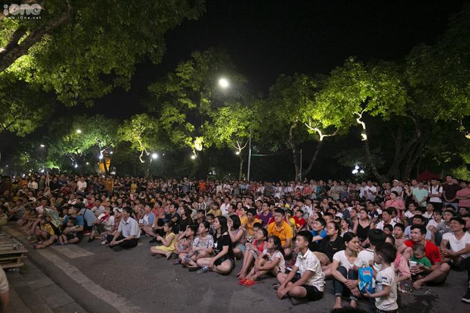 <p> Tại phố đi bộ Hồ Gươm (Hà Nội), hàng nghìn người hâm mộ cũng có mặt từ sớm để cổ vũ cho tuyển Việt Nam.</p>