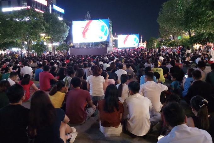 <p> 5 màn hình Led cỡ lớn được lắp đặt từ nhiều ngày trước đó để phục vụ CĐV dõi theo từng đường bóng của học trò Park Hang-seo.</p>