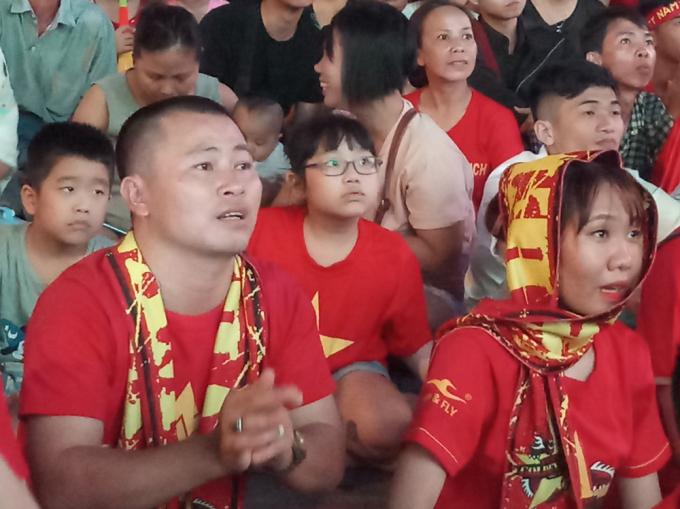 <p> Các CĐV thảng thốt khi tuyển Việt Nam bị dẫn bàn ở đầu hiệp 2.</p>