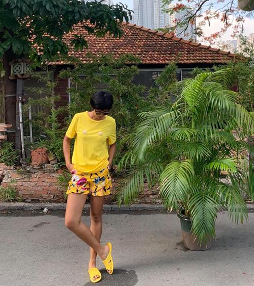 Trong hình ảnh street style mới, HHen Niê diện bộ trang phục ngộ nghĩnh. Là tín đồ của màu vàng, Hoa hậu diện cả cây vàng chóe từ đầu đến chân. Chi tiết khiến nhiều fan thích thú nhất trên bộ trang phục của HHen Niê là đôi dép tổ ong cùng tông màu chói chang.