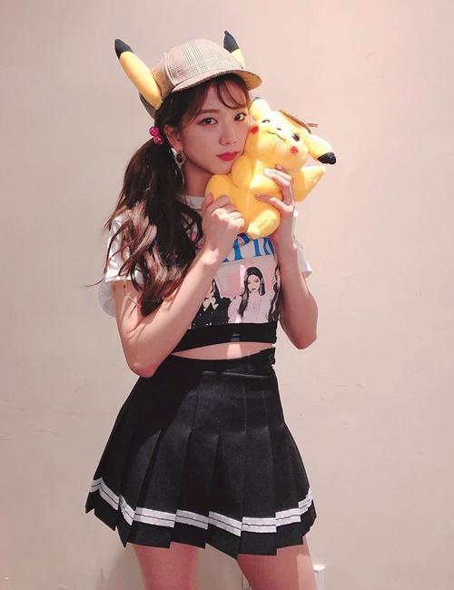 Ji Soo hóa thám tử Pikachu dễ thương với phong cách nữ sinh.