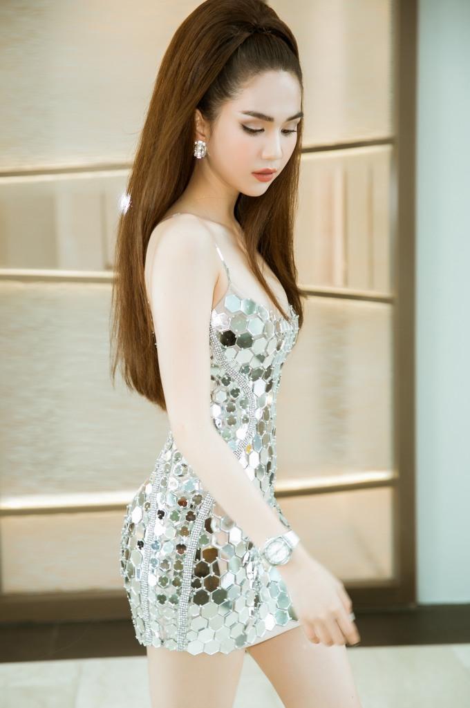 Ngọc Trinh diện váy dây siêu mỏng manh dự tiệc ở Singapore