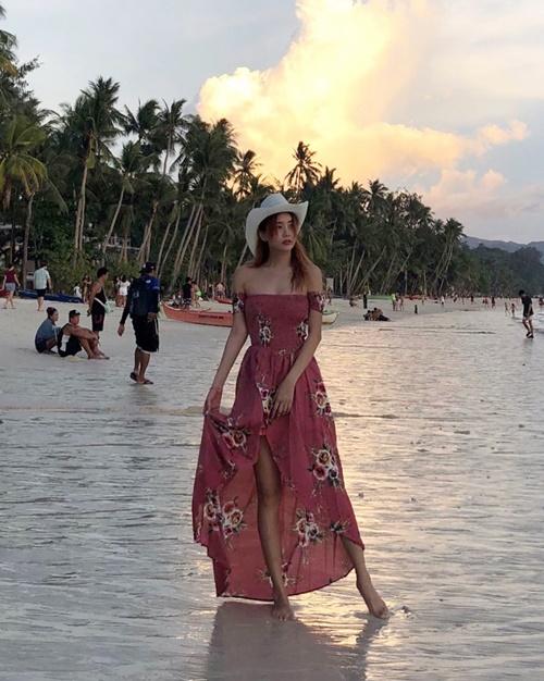 Lee Qri gợi cảm với váy trễ vai trên bãi biển.