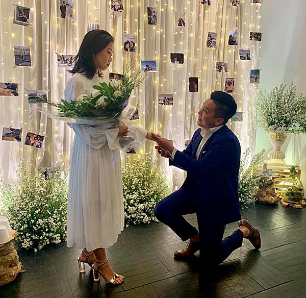 Liêu Hà Trinh được bạn trai quỳ gối cầu hôn.