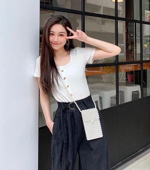 Ngoài túi cỡ tí hon, những chiếc túi ngọc trai có kích thước vừa và lớn cũng được nhiều nàng ưa chuộng, tuy không xinh yêu bằng nhưng tiện dụng, chứa được nhiều đồ hơn hẳn.
