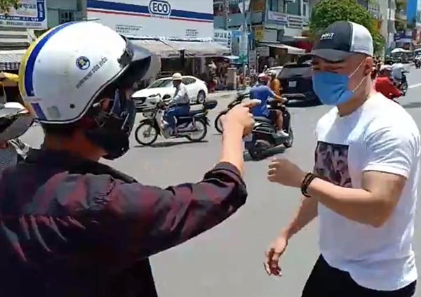 Lê Dương Bảo Lâm bị tấn công.