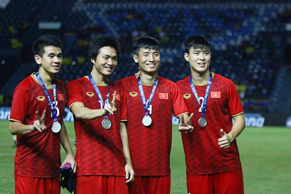 Tuyển thủ Việt Nam cười tươi sau trận chung kết Kings Cup dù về nhì. Ảnh: Đức Đồng.
