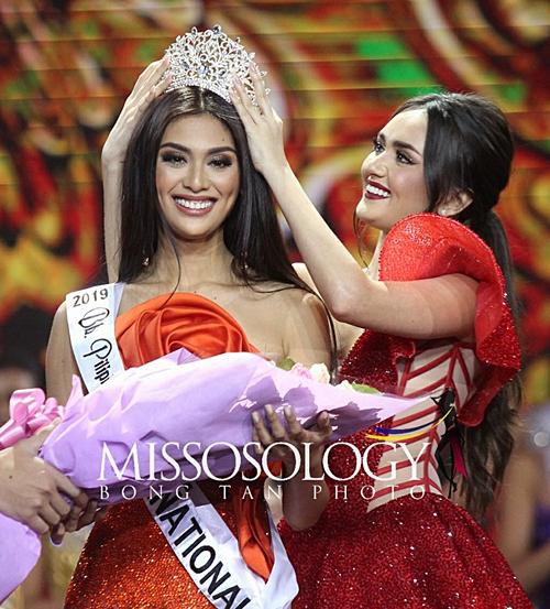 Đại diện Philippines tại cuộc thi Miss International - Hoa hậu Quốc tế 2019 - là người đẹp Bea Patricia Magtanong, đại diện thành phố Bataan. Cô nhận sash và vương miện từ Ahtisa Manalo - Á hậu 1 Miss International 2018.