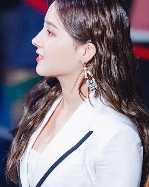 Nancy được gọi là thiên thần lai vì mang 2 dòng máu Hàn - Mỹ. Cô nàng luôn thu hút sự chú ý bởi nhan sắc nổi bật, trong đó có chiếc mũi cao vút như gái Tây.