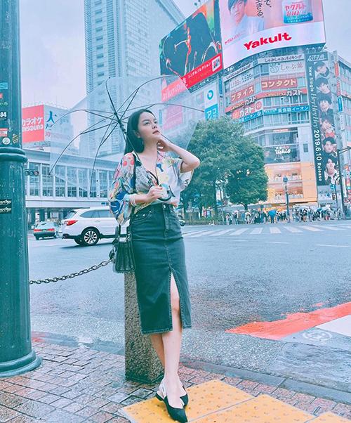 Phạm Quỳnh Anh dạo phố Tokyo trong ngày mưa.