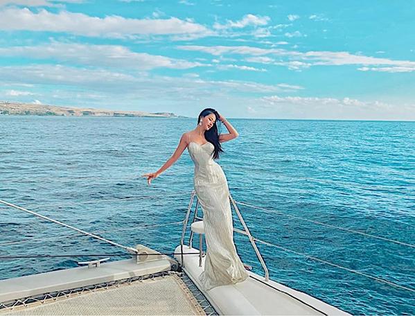 Phương Khánh khoe dáng quyến rũ trên biển.
