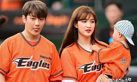 Min Hwan và Yul Hee tham gia sự kiện cùng con trai.