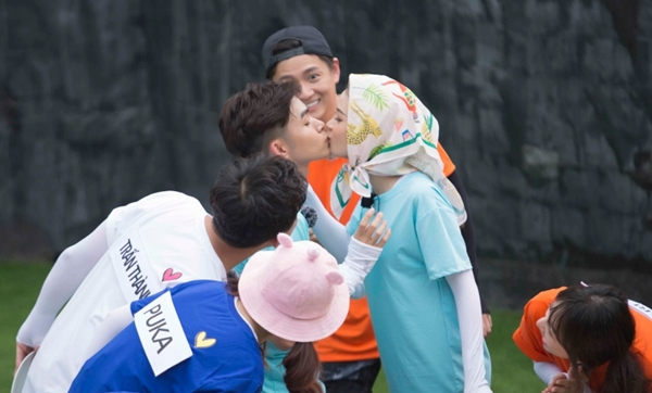 Sam - Jun Phạm khiến fan bấn loạn với loạt hành động tình cảm.