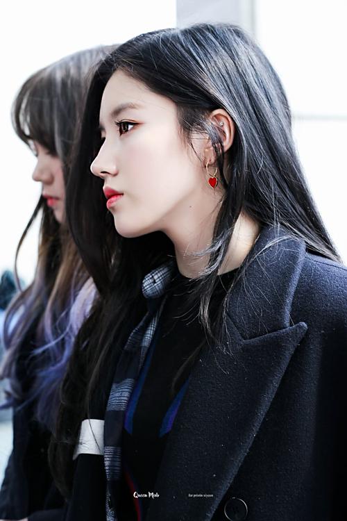 Xi Yeon (Pristin) từng được gọi là hậu duệ Irene nhờ làn da trắng, sống mũi cao, khuôn mặt thanh tú hao hao đàn chị.