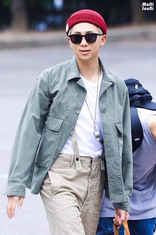 Nhờ body chuẩn không cần chỉnh, RM có thể diện đẹp mọi style.