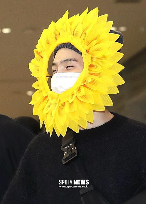 Hình ảnh các thành viên Suga, Jin và J-Hope đeo vòng hoa hướng dương
