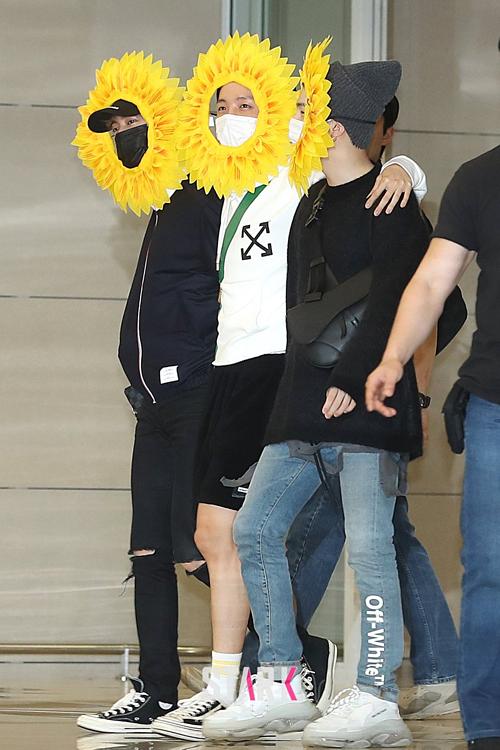 Chiều 10/6, BTS hạ cánh xuống sân bay Incheon từ Paris (Pháp). Sau gần1 tháng rưỡixuất ngoại, nhóm đã kết thúc chuyến lưu diễn Bắc Mỹ và châu Âu để trở về quê nhà.