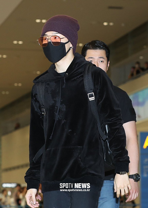 Các thành viên còn lại dù đeo khẩu trang nhưng vẫn Ji Min vẫn giữ phong cách quen thuộc, gồm mũ beanie, kính râm và
