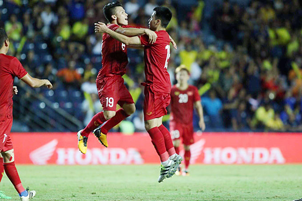 Đức Huy và Quang Hải - người đồng đội của anh ở CLB Hà Nội nhảy lên ăn mừng.
