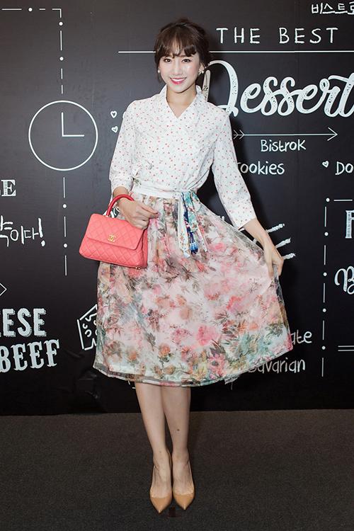 Trong một sự kiện gần đây, Hari Won diện bộ cánh tông hồng theo phong cách dễ thương. Nổi bật trên tay người đẹp là chiếc túi xách Chanel, có giá bán khoảng 4.000 USD (93,5 triệu đồng). Dù dùng món phụ kiện đắt đỏ, Hari Won vẫn không toát lên nét sang trọng. Bà xã Trấn Thành bị chê khi diện bộ váy điệu đà, có phong cách xì tin quá mức.