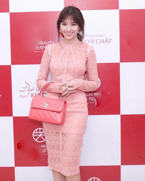 Với mẫu túi xách Chanel hồng tương tự, Hari Won cũng từng có pha mix đồ sến không kém. Bộ váy ren hồng dù có phong cách khá trưởng thành nhưng khi đi với túi cùng tông, tổng thể trở nên lỗi mốt.