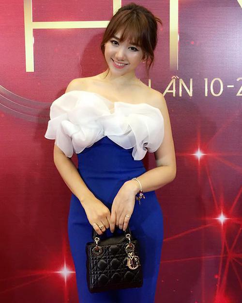 Có cả bộ sưu tập đồ hiệu chẳng kém mỹ nhân nào nhưng Hari Won thường xuyên bị chê phong cách. Chiếc túi Lady Dior màu đen mất nét sang chảnh khi người đẹp diện cùng váy xanh diềm bèo lỗi mốt.