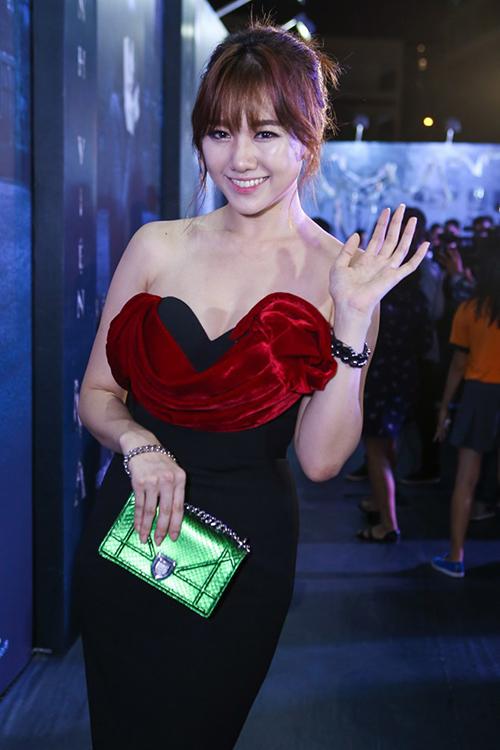 Cách kết hợp túi Diorama màu xanh đi kèm váy đỏ - đen cho thấy gu thẩm mỹ thiếu tinh tế của Hari Won.