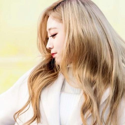 Cô nàng Ji Soo của Lovelyz được nhận xét là nâng tầm nhan sắc ở góc nghiêng nhờ chiếc mũi trong mơ.