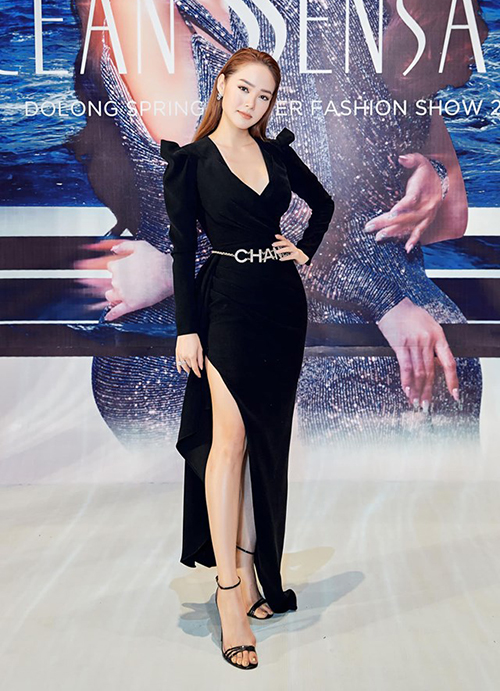 Mùa hè năm nay, các sao Việt đua nhau chi gần 50 triệu đồng để sắm về món phụ kiện của Chanel. Minh Hằng cũng từng đeo dây lưng nổi bật ngang eo khi diện đầm đen bó sát.