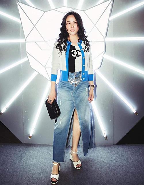 Cùng sử dụng món phụ kiện đắt giá, Phượng Chanel mất điểm so với các đàn em khi mix đồ quá phức tạp. Dây lưng bị chìm nghỉm khi Phượng Chanel diện váy jeans, tanktop, cardigan đều rất cầu kỳ.