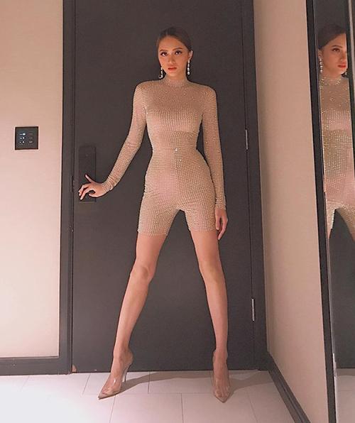 Có vóc dáng mảnh mai không chút mỡ thừa, Hương Giang tự tin chinh phục mọi trang phục khó mặc. Bộ đồ diễn mới đây của cô gây chú ý với kiểu dáng bó sát đường cong cơ thể, tông màu nude gần như tiệp với da thật.