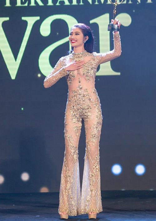 Quỳnh Châu cũng khiến công chúng phải đoán già đoán non với trang phục khoe thân thiệt để.