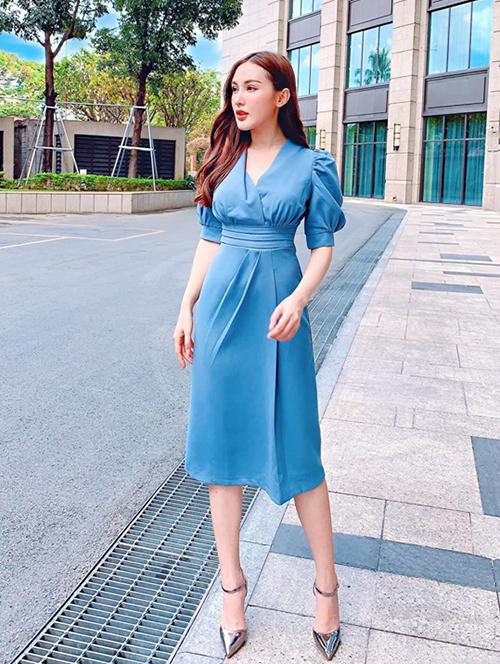 Kelly Nguyễn diện váy màu thiên thanh dịu dàng.
