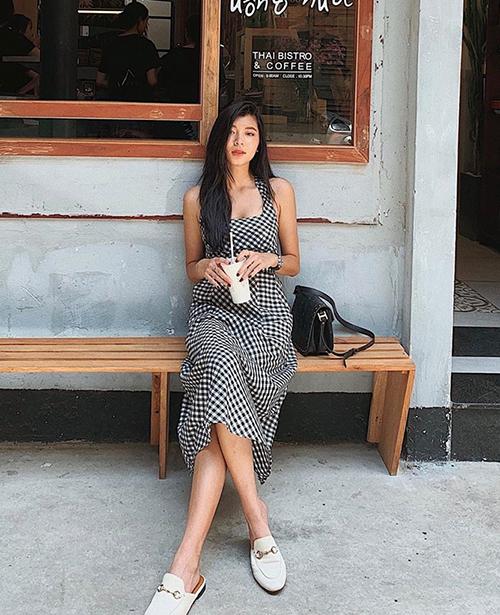 Chiếc váy caro giá bình dân được Đồng Ánh Quỳnh kết hợp cùng loafer của Gucci.