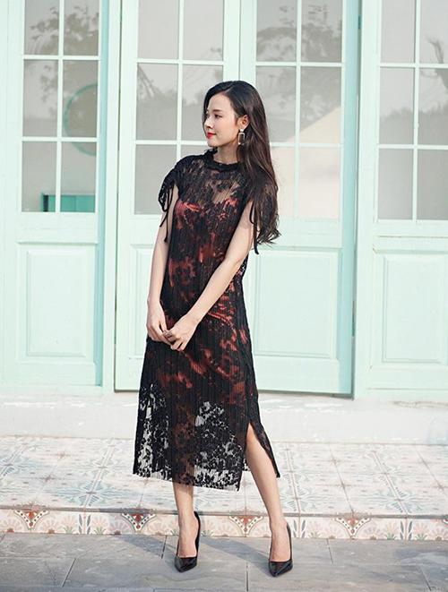 Váy ren đen thường tạo cảm giác già dặn nhưng Midu vẫn khéo chinh phục món đồ này.