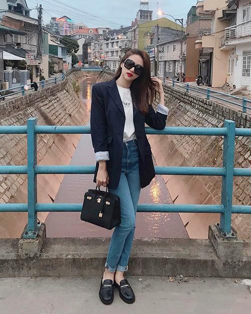 Chiếc túi xách Hermes gần nửa tỷ đồng là món phụ kiện làm điểm nhấn cho set đồ cũng theo phong cách menswear thanh lịch của Hương Giang.