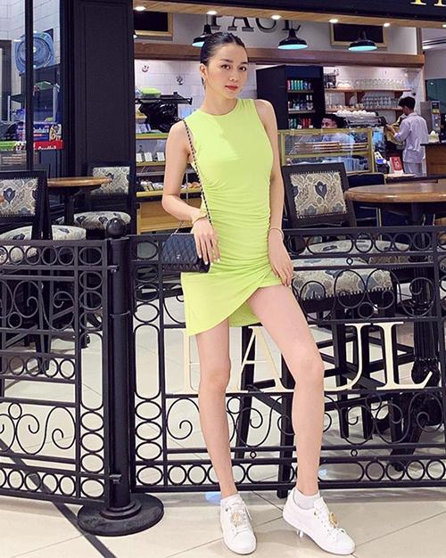 Thiều Bảo Trang theo mốt trang phục màu neon đang là xu hướng năm nay. Cô kết hợp cùng túi quai xích nhỏ nhắn của Chanel.