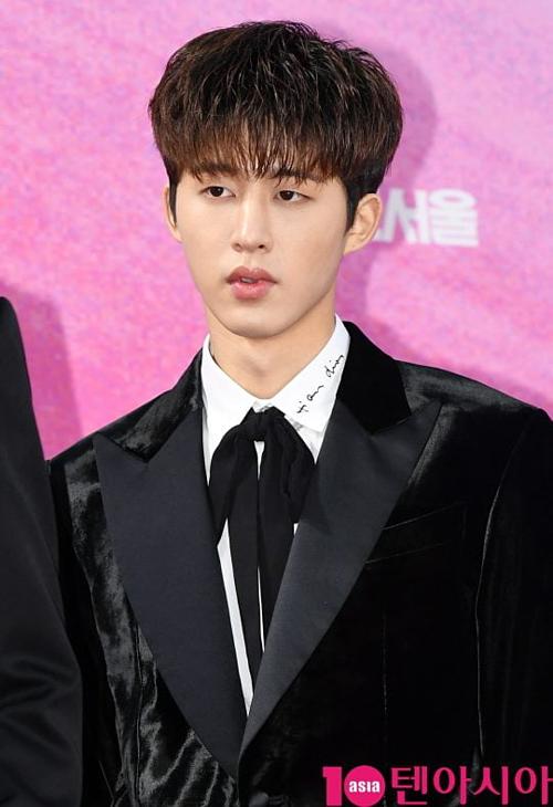 B.I sinh năm 1996, là trưởng nhóm iKON, boygroup đến từ YG.