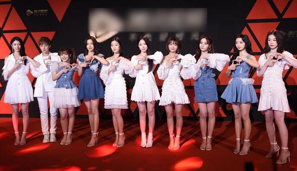 10 cô gái Rocket Girls diện style đồng điệu trên thảm đỏ.