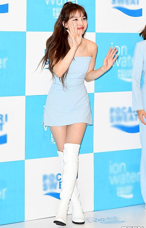 Na Yeon có bờ vai nuột nà nên thường được stylist chọn những bộ đầm quây quyến rũ.