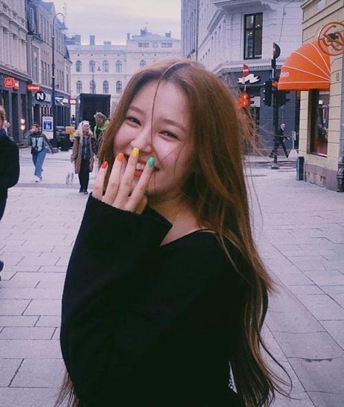 Nancy cười rạng rỡ khi đi dạo phố ở trời Tây cùng nhóm Momoland. Mới đây cô nàng bị netizen ném đá dữ dội vì nghi hút thuốc, hẹn hò với nam idol.