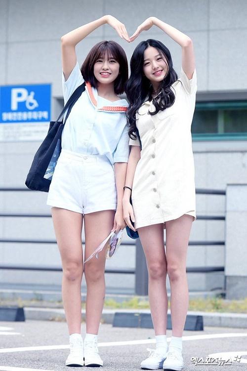Đôi chân thon gọn giúp Won Young (phải) tự tin diện váy ngắn, quần shorts hay quần skinny.
