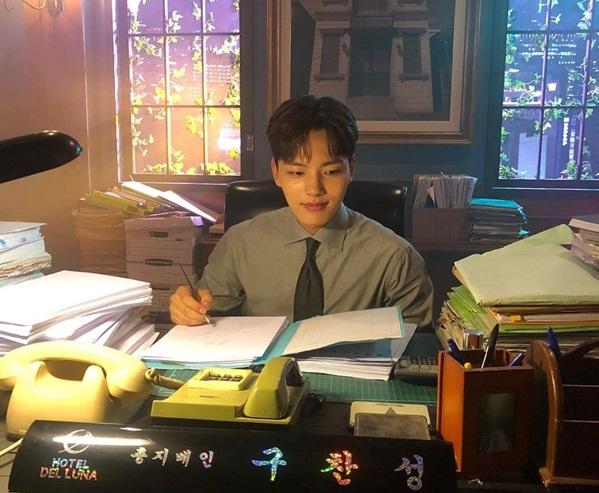 Yeo Jin Goo ra dáng giám đốc trẻ trên trường quay phim mới Hotel Del Luna.