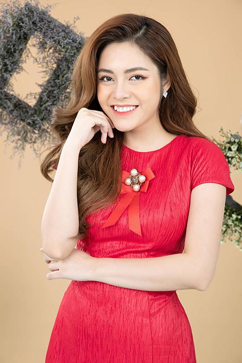 Cao Diệp Anh từng vào top 5 cuộc thi Người đẹp xứ Tuyên và giành giải thí sinh có làn da đẹp nhất. Cô từng tốt nghiệp ngành Kế toán tại ĐH Kinh tế Quốc dân.