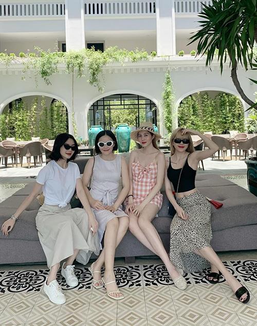 Chị em Thiều Bảo Trang - Thiều Bảo Trâm rủ nhau đi du lịch mùa hè. Cả bốn cô gái đều có vóc dáng gợi cảm, phong cách thời trang sành điệu.