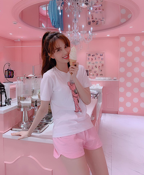 Ngọc Trinh diện đồ hồng nhí nhảnh đi ăn kem trong cửa hàng xinh như công chúa.