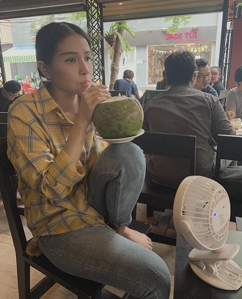 Khả Như thẩn thơ ngồi uống nước dừa.